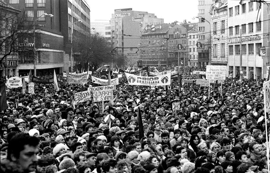 nezna-revolucia-protesty-studenti-ludia-narod-hlavne-mesto-sloboda