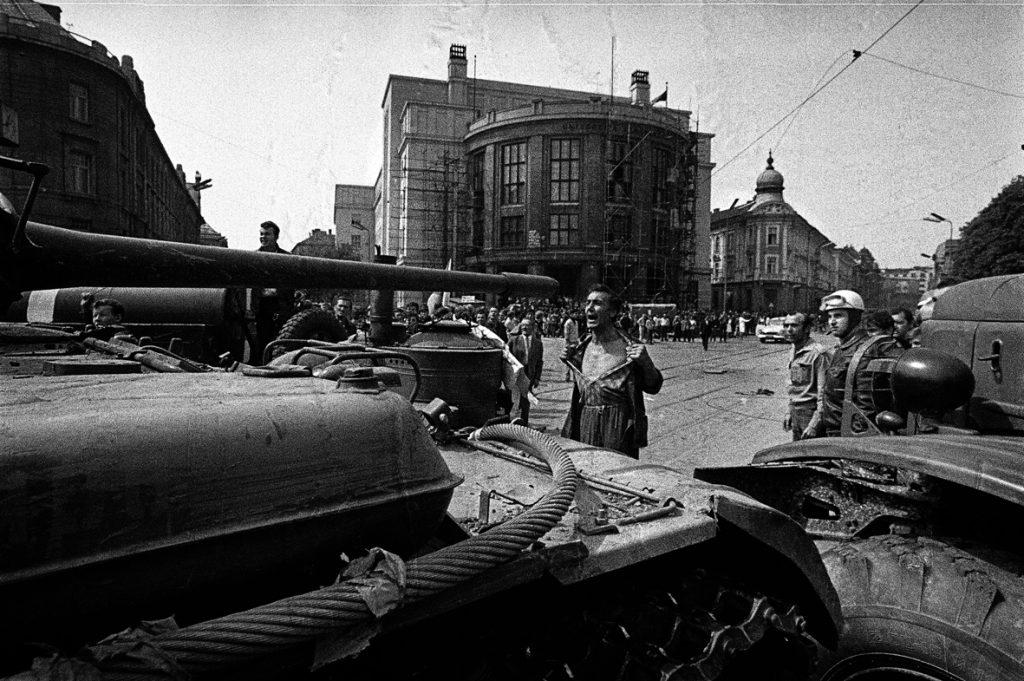 historicka-fotografia-hlavne-mesto-bratislava-tank-odvaha-muz-vojaci