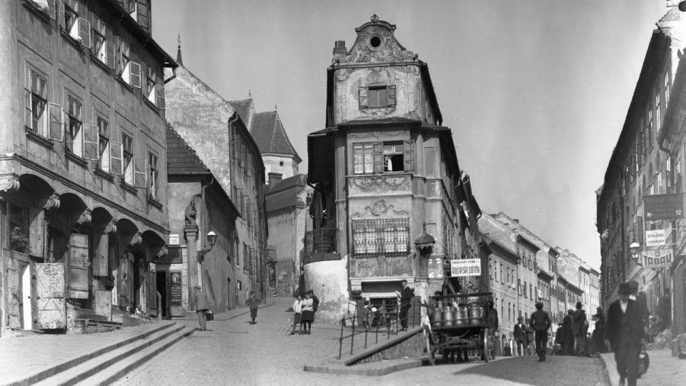 bratislava-hlavne-mesto-zidovska-ulica-domy-ludia-vojnove-obdobie