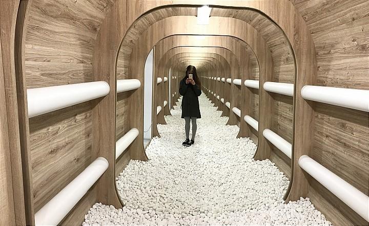 zrkadla-iluzia-nekonecna-galeria-tunel-moderne-umenie