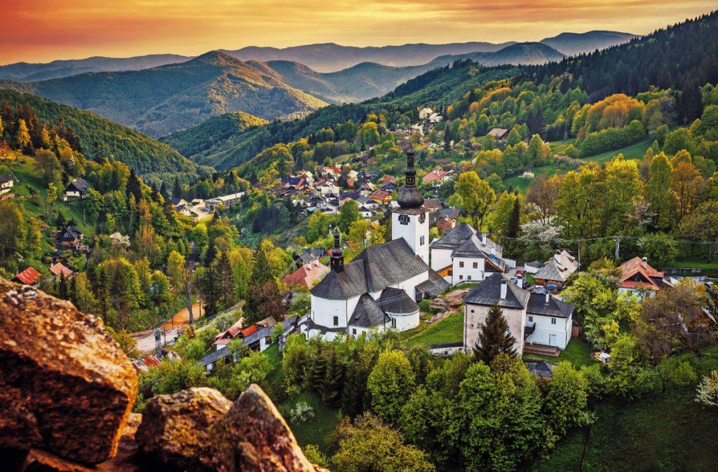 spanica-dolina-priroda-vrchy-kostol-stromy-harmonia