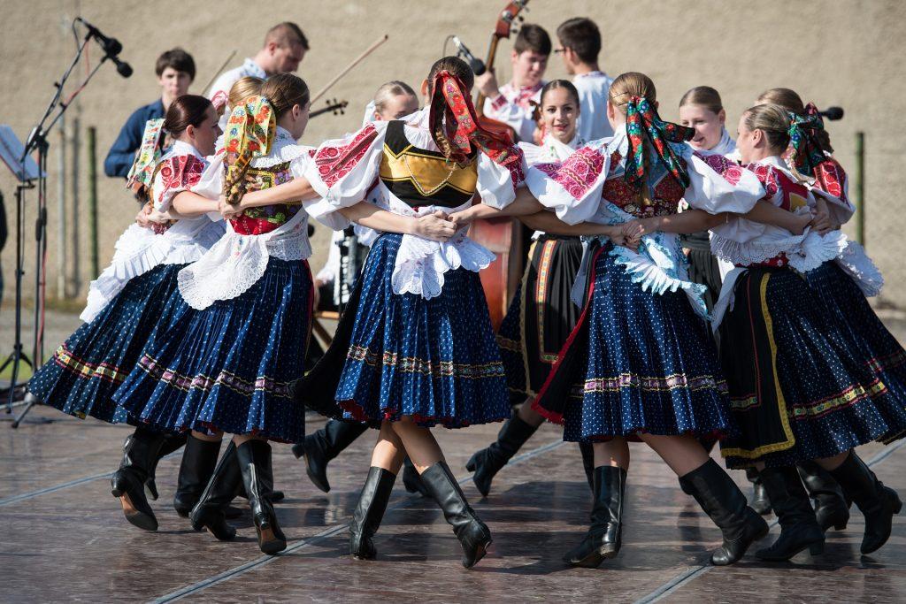 tanec-folklorne-slavnosti-zeny-spev-kroje-stuhy