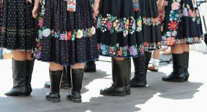 zeny-krpce-ludove-kroje-sukne-vysivky-ozdoby-kultura
