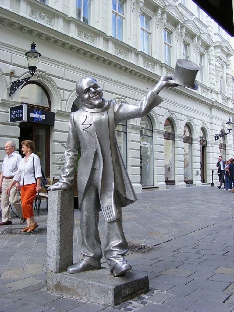 schone-naci-elegancia-socha-stare-mesto-bratislava-kaviaren