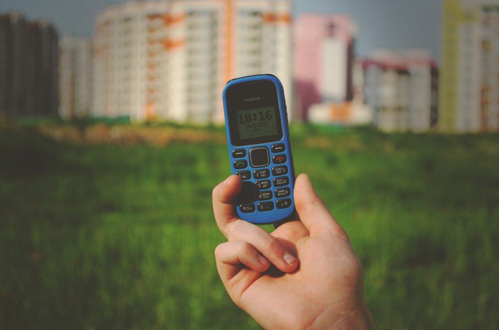 mobil-nokia-sidlisko-ruka-zbierka-telefon