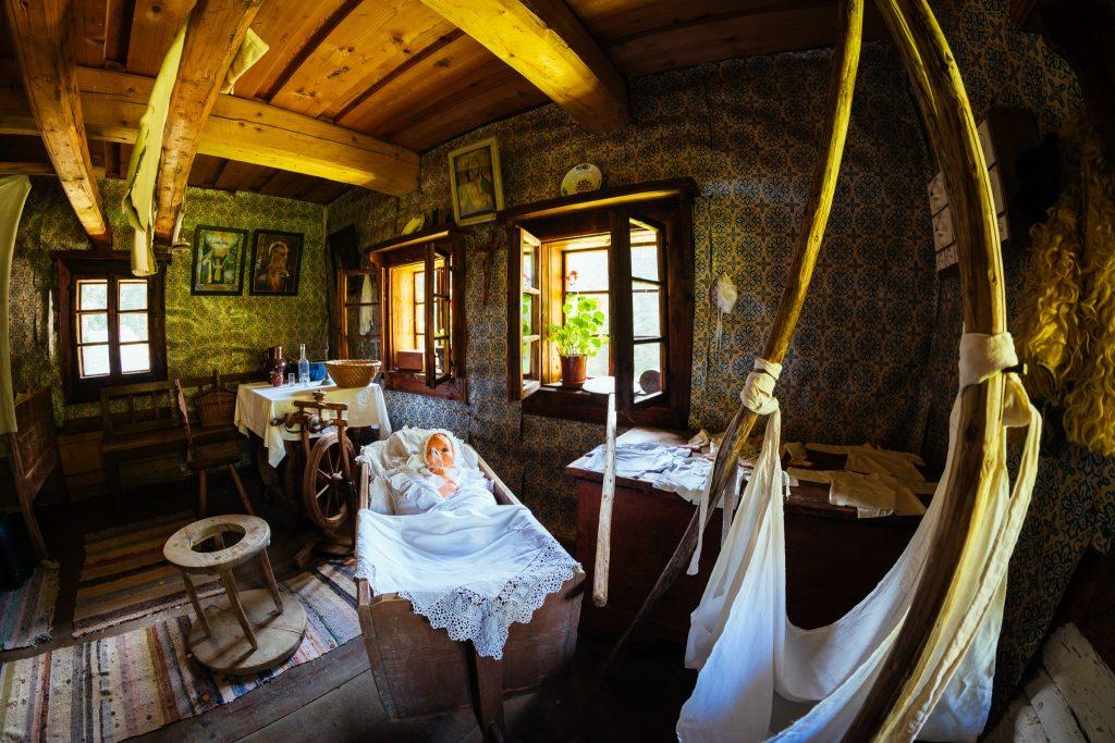 kutna-plachta-postielka-dreveny-domcek-izba-obrazy-tradicie