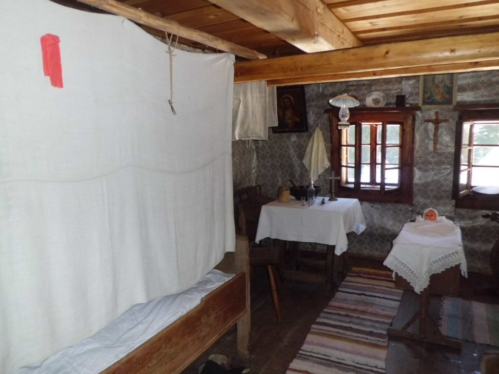 kutna-plachta-izba-postielka-dom-postel-drevo
