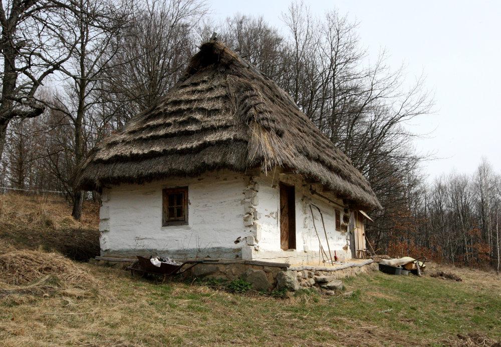slameny-dom-les-luka-dedinka-tajomstva-dvere-drevo