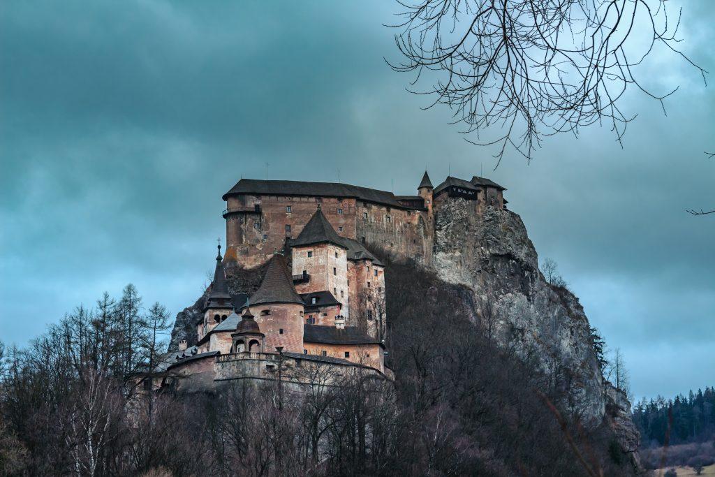 oravsky-hrad-stromy-skala-bralo-veze-strielne-orava