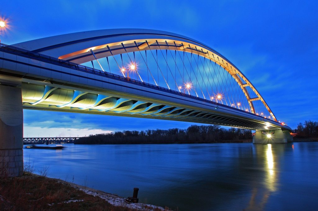 most-apollo-bratislava-noc-svetla-dunaj-rieka