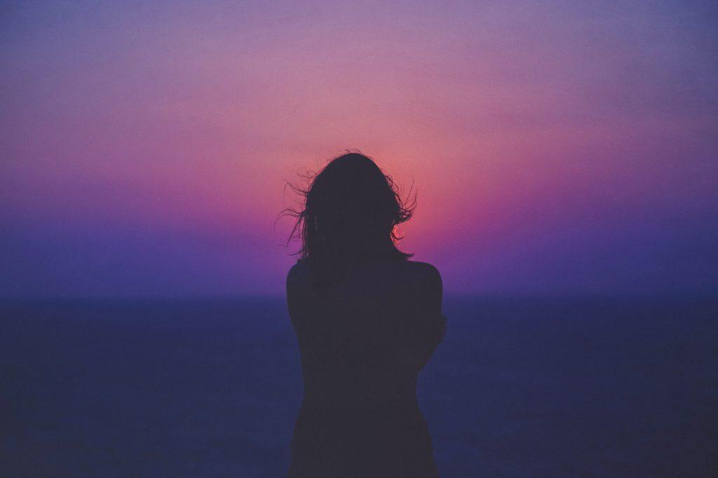 silueta-zena-postava-dama-dievca-zapad-slnka-vlasy
