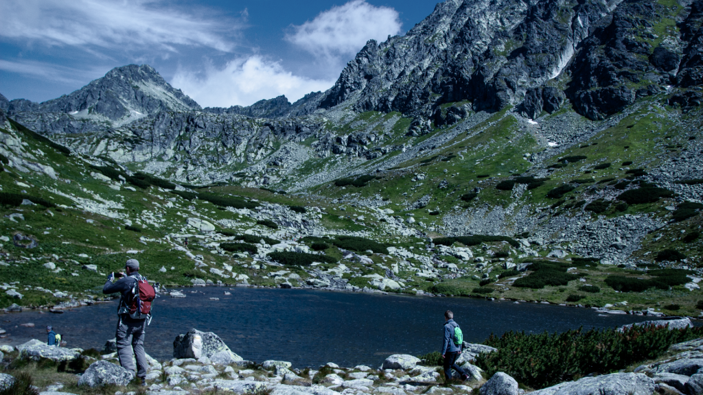 vysoke-tatry-pleso-nad-skokom-turistika-obloha-vrchy