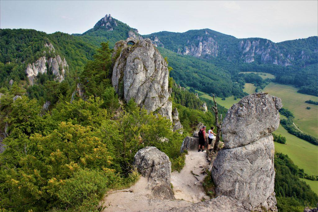 sulovske-skaly-sulovsky-hrad-kopce-pohorie-skaly-stromy