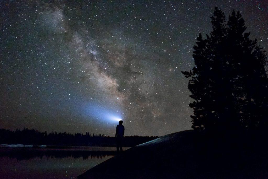 poloniny-nocna-obloha-mliecna-draha-stromy-noc