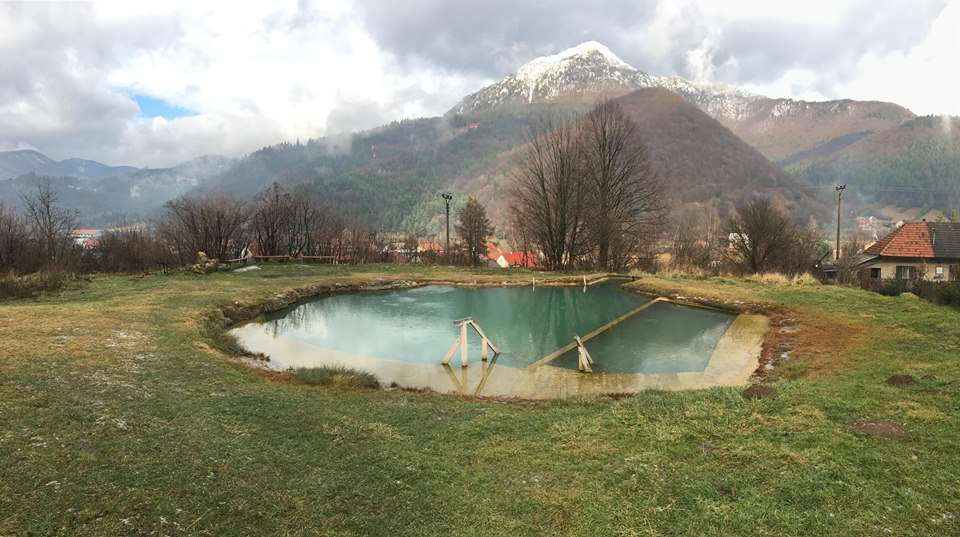 zla-voda-pramen-termalne-jazierko-prirodne-kupanie-kopce