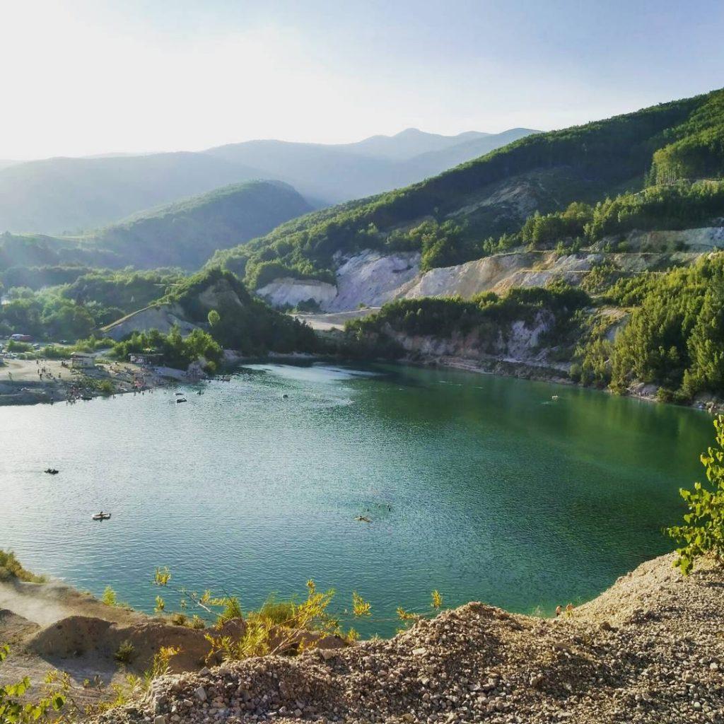 sutovske-jazero-strkovisko-priroda-vyhlad-panorama-kopce-les