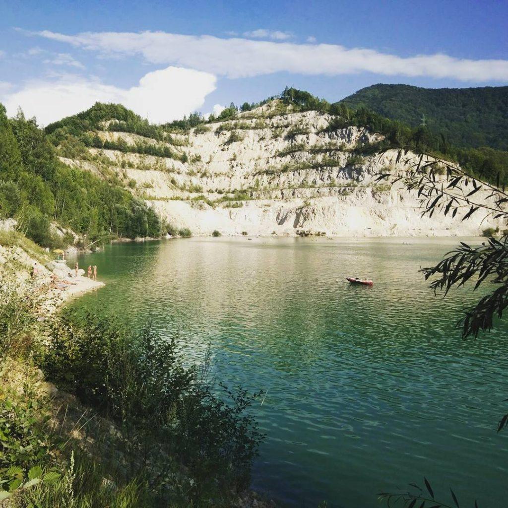 strkovisko-jazero-prach-stromy-kriky-sutovo