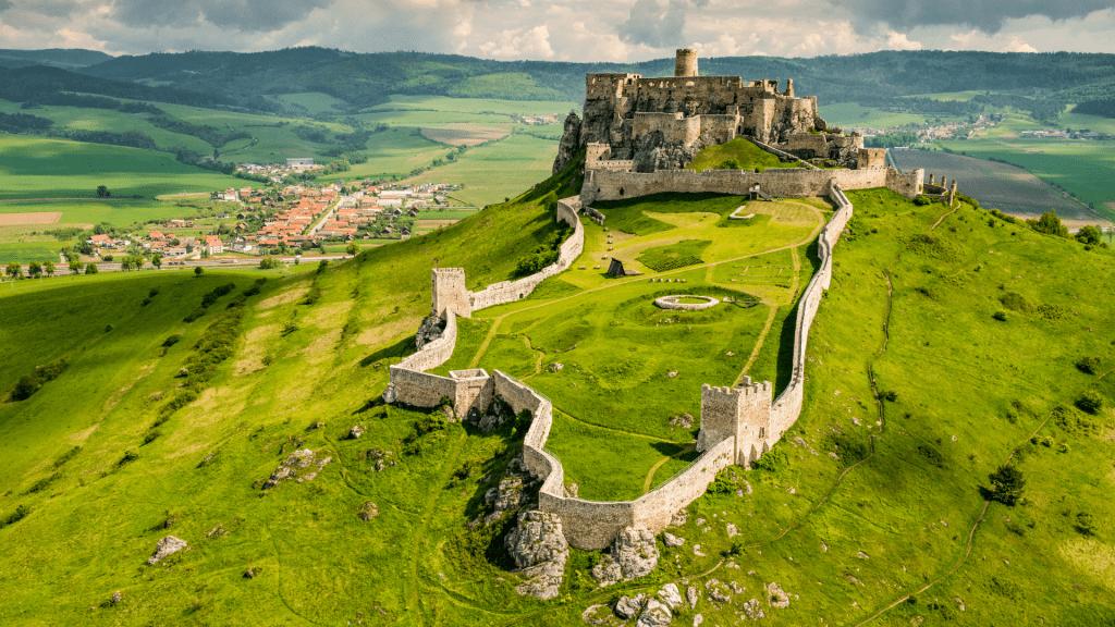 spissky-hrad-nadvorie-zrucanina-kopce-luky-hradby