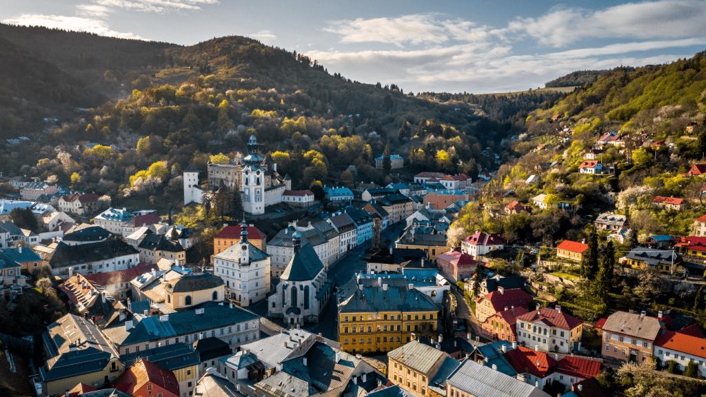 banska-stiavnica-stiavnicke-vrchy-zamok-namestie-kostoly-kopce