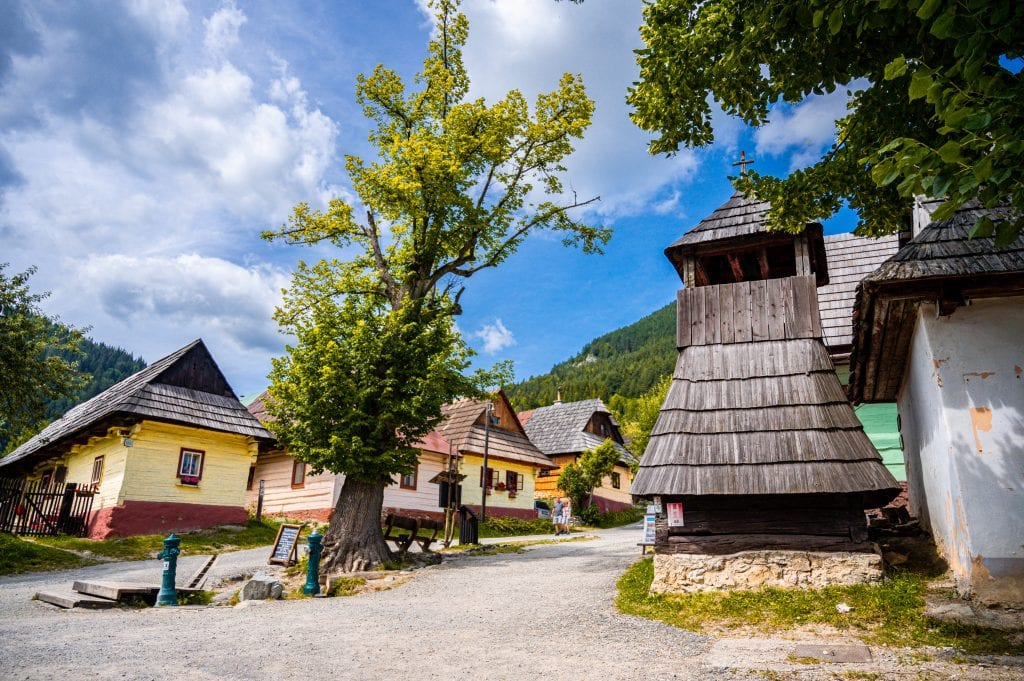 vlkolinec-dedina-obec-sidorovo-drevenice-stromy-zvonica