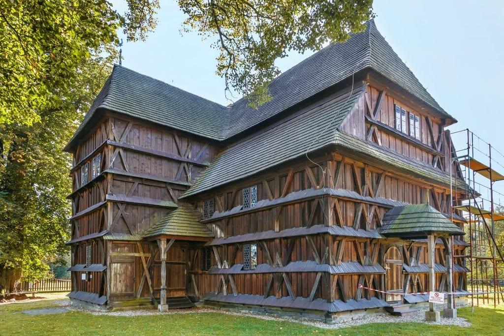 hronsek-dreveny-kostol-pamiatka-strom-cerveny-smrek