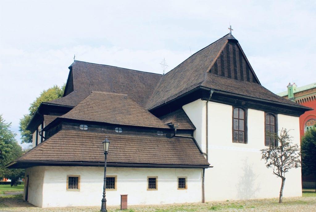 kezmarok-dreveny-kostol-pamiatka-strom-kriz-dedina-lampa