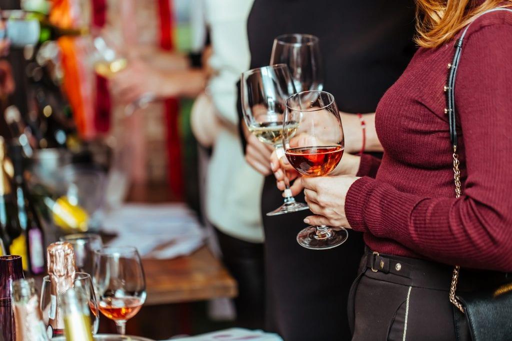 ochutnavanie-vina-vinobranie-navstevnici-pohare-degustacia