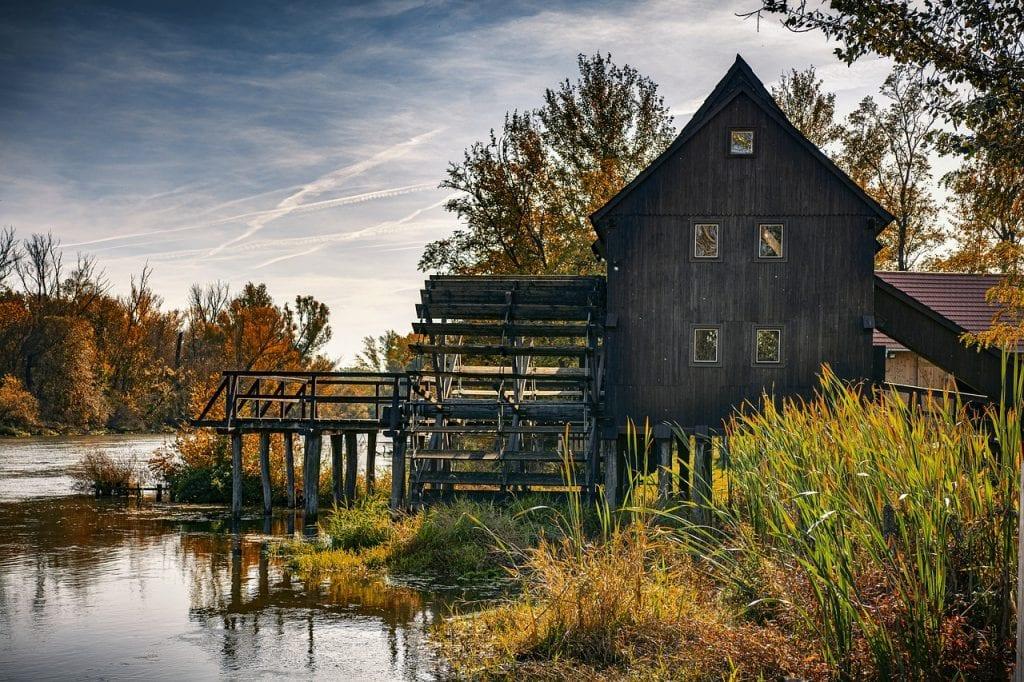 mlyn-drevene-mlynisko-rieka-travy-obloha-trmy-okna-stromy
