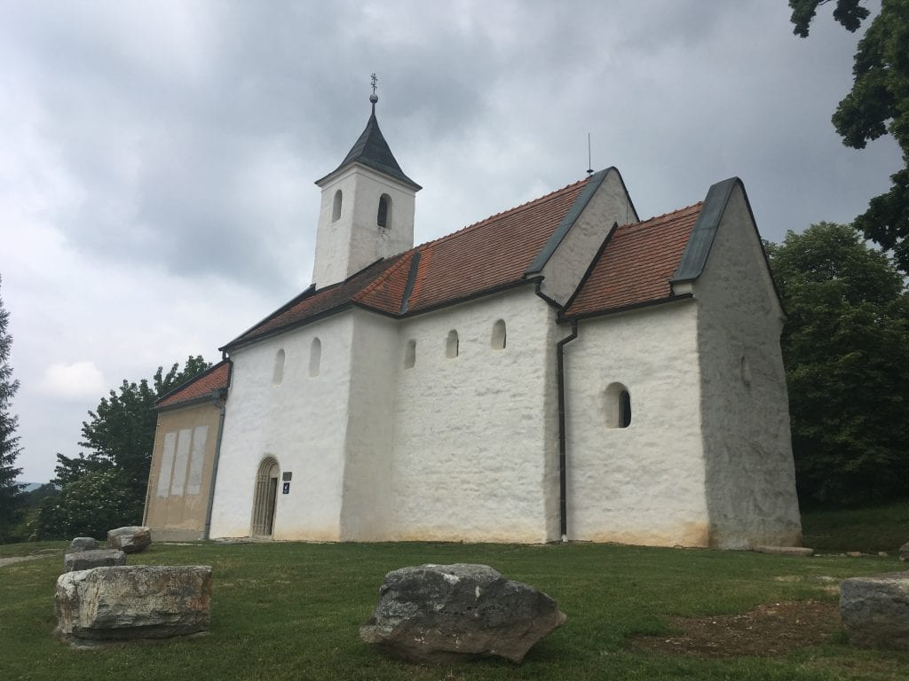 kostolany-pod-tribecom-kostol-skaly-stromy-strecha-zvonica