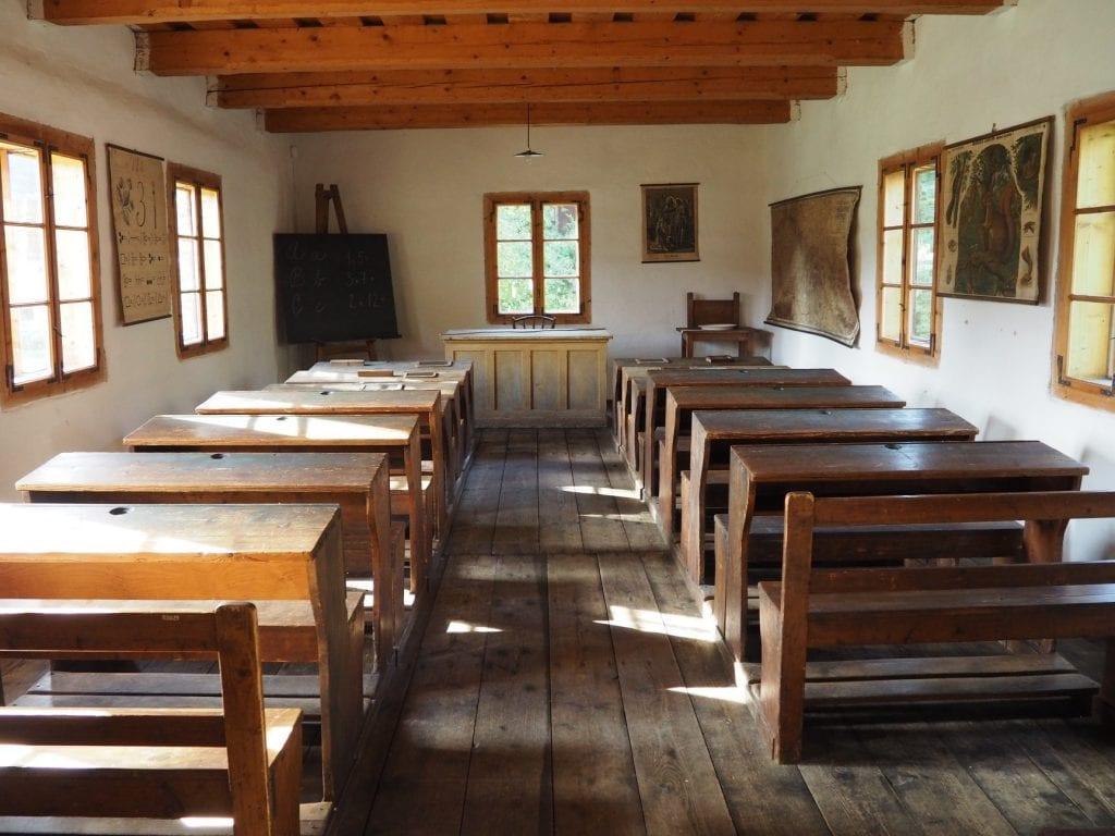 lavice-stoly-skola-trieda-katedra-okna-drevenica-skanzen-tabula