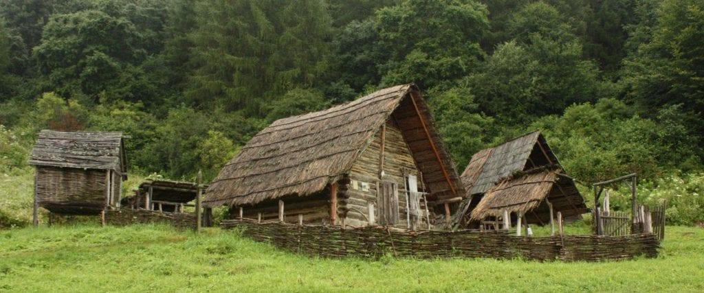 archeopark-liptovia-osada-stromy-luka-plot-dom
