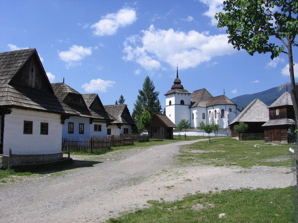 skanzen-liptov-drevenice-dedina-kostol-chodnik-plot-strom