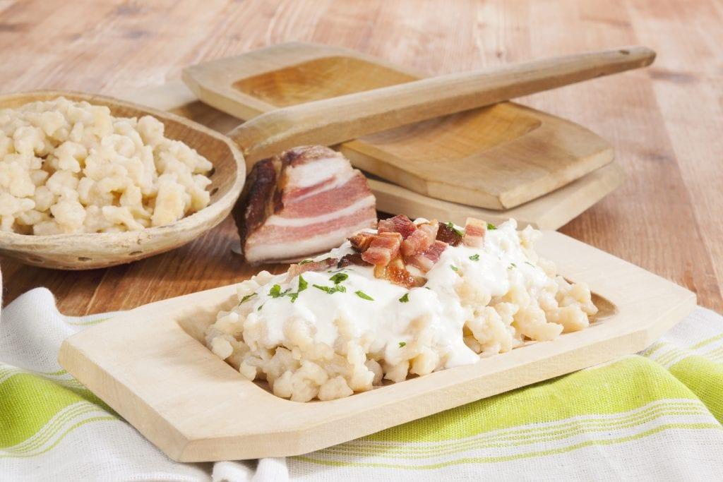 bryndzove-halusky-slaninka-dreveny-riad-utierka-stol