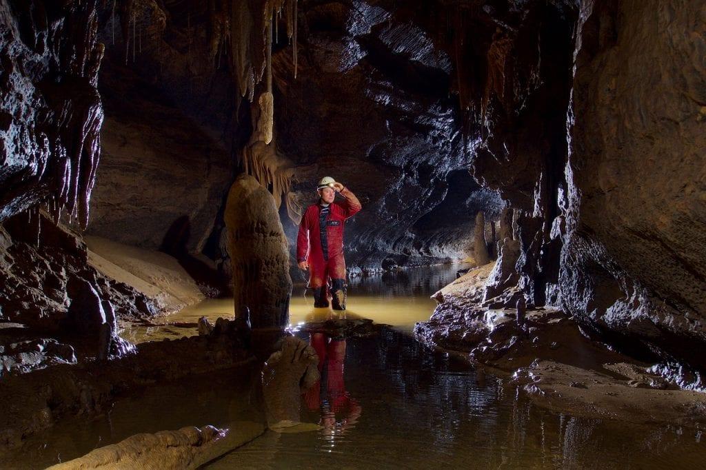 jaskyniar-jaskyna-celovka-prilba-stalagmity-praca