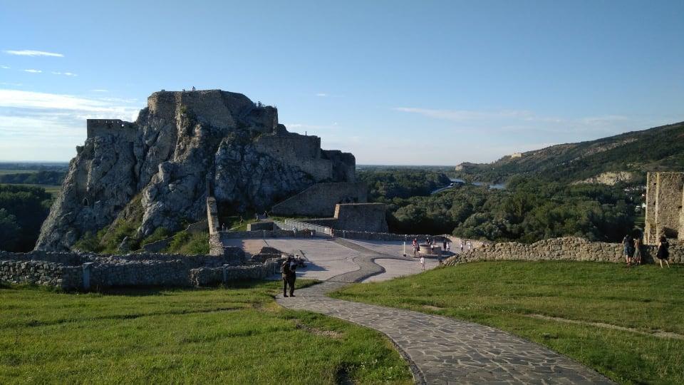 hrad-devin-zrucanina-areal-pamiatka-obloha-lesy