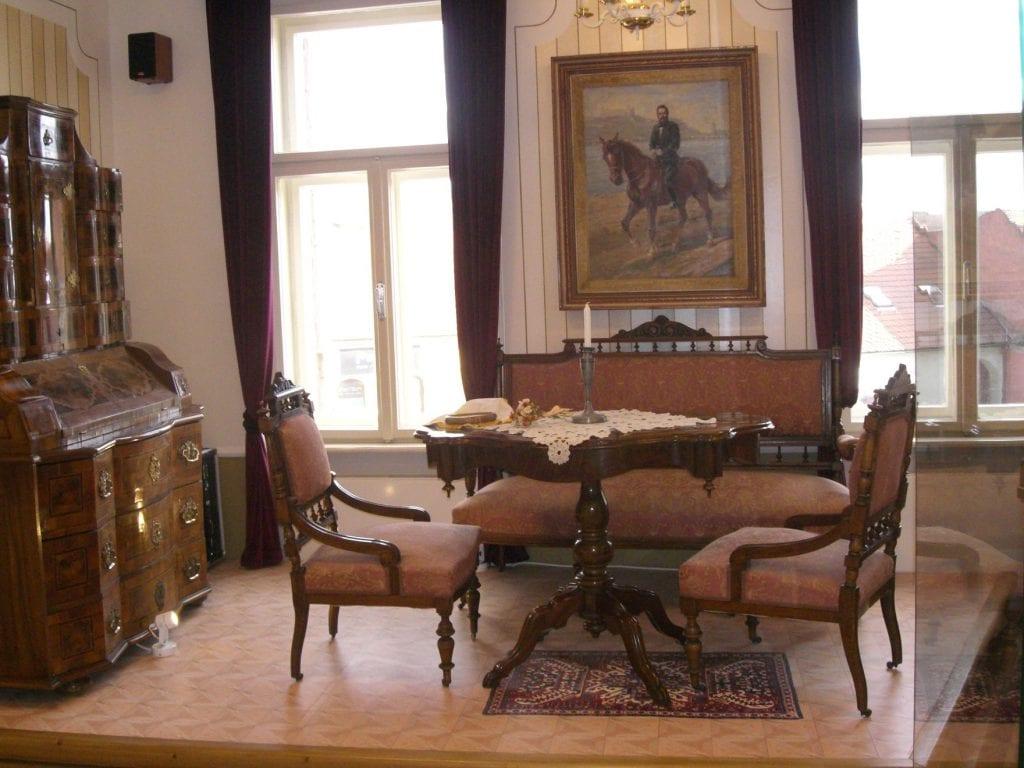 expozicia-nabytok-historia-obraz-stol-stolicky-muzeum