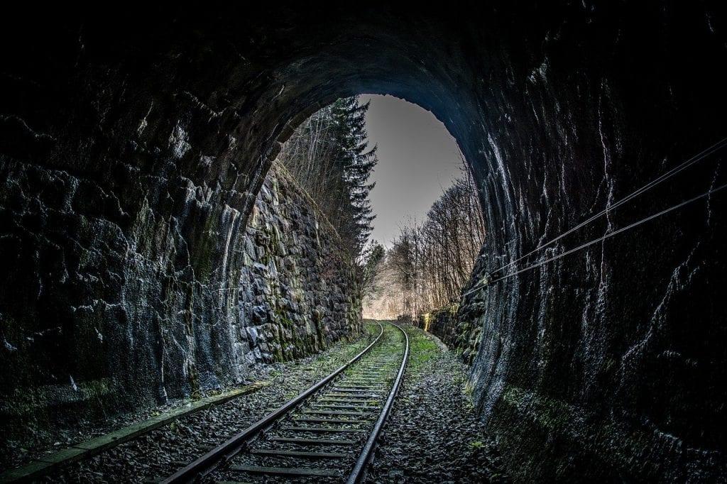 zeleznica-trat-vlak-tunel-stromy-priroda-kamene-doprava