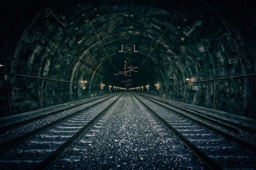 tunel-zeleznica-trat-kamene-kolaje-elektrina-doprava