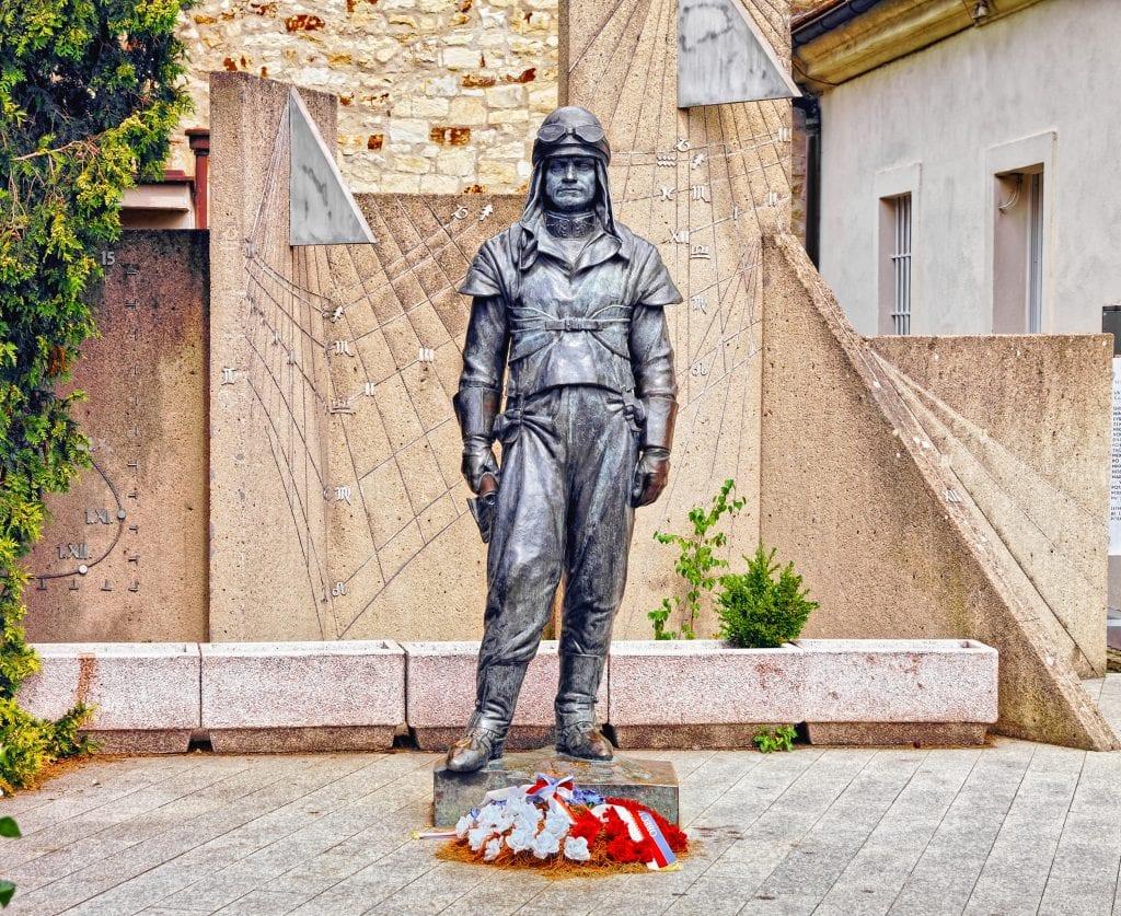 milan-rastislav-stefanik-praha-pamatnik-socha-pilot-kvety-observatorium