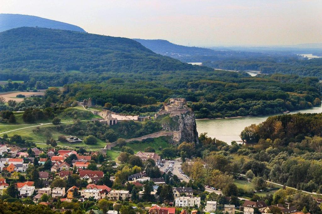 devin-bratislava-dunaj-lesy-hory-domy-parkovisko-priroda