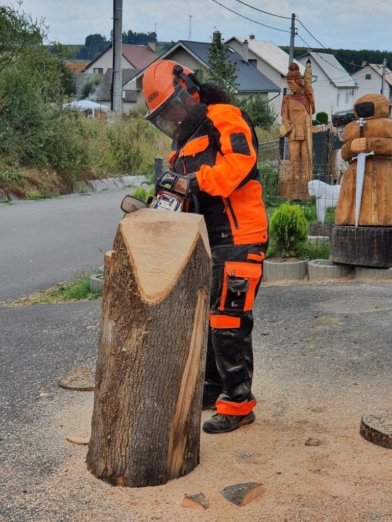 alena-mrekajova-drevo-kmen-motorova-pila-rezbarstvo