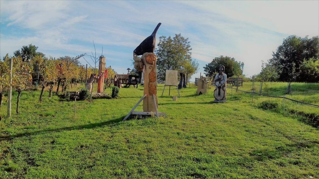 dvor-u-rezbara-rezbarstvo-drevene-sochy-zahrada-galeria