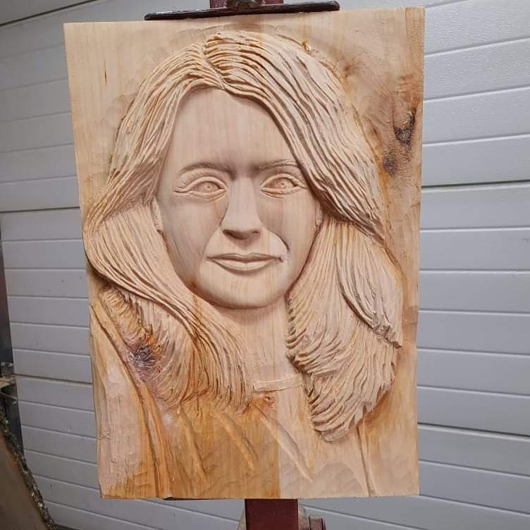 prezidentka-zuzana-caputova-relief-portret-rezbarstvo-drevorezba-drevo