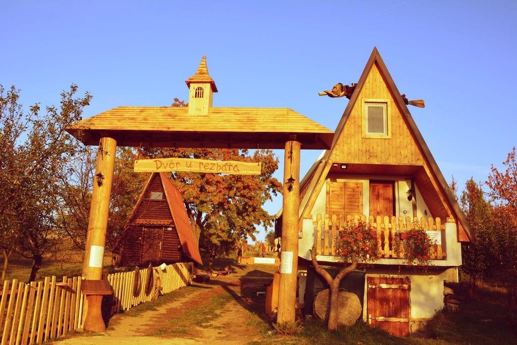 dvor-u-rezbara-chata-drevorezba-sochy-galeria