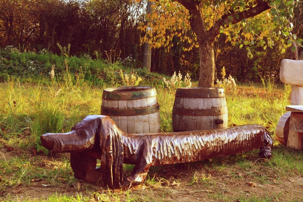 socha-pes-lavicka-drevorezba-rezbarstvo-rezbar-galeria