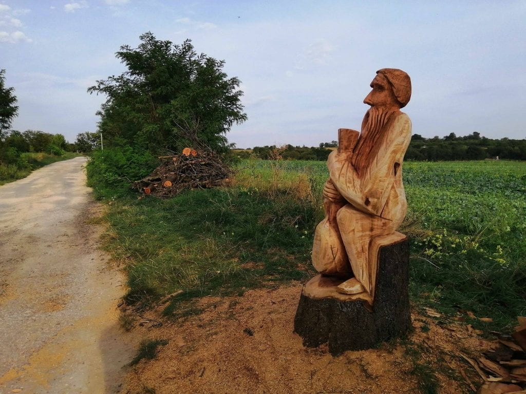 socha-trava-pole-drevo-kmen-muz-rezbarstvo-cesta