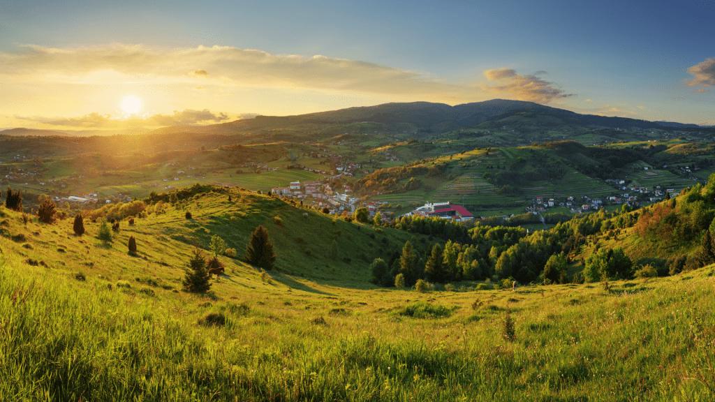 polana-priroda-vulkanicke-pohoria-obloha-zapad-slnka