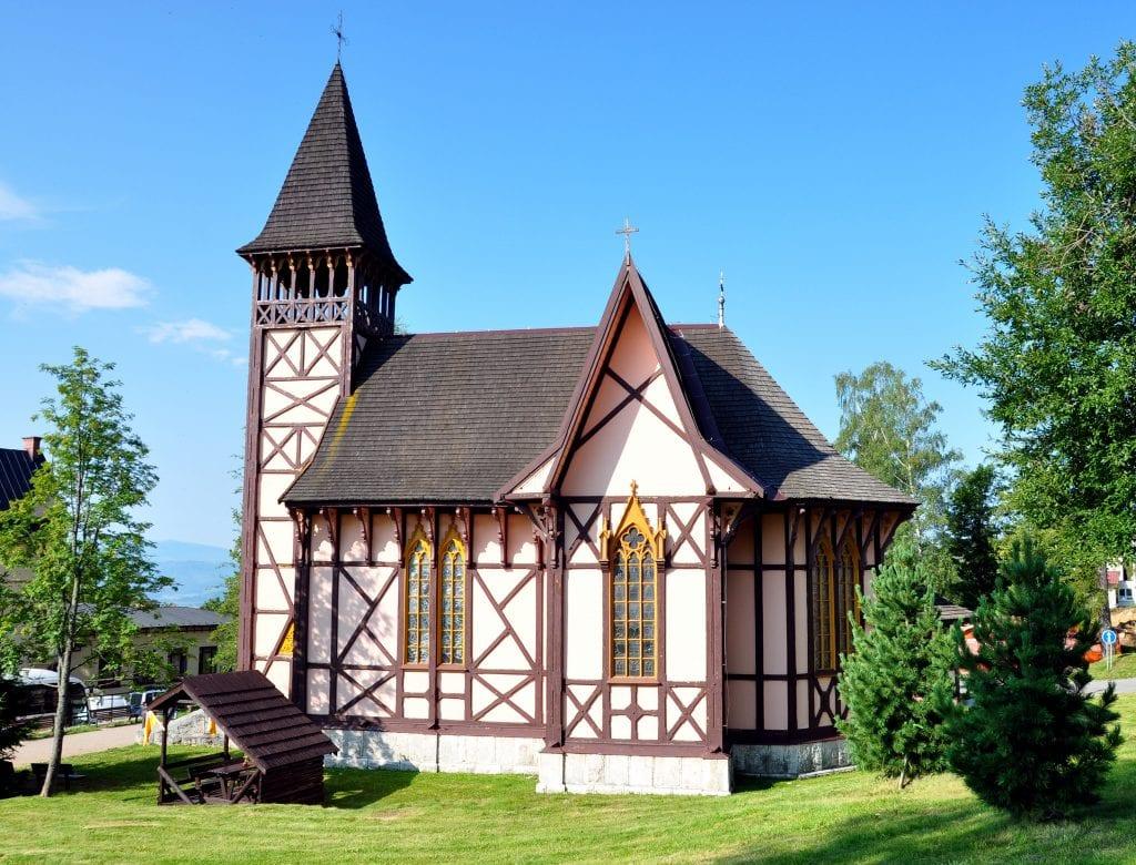 stary-smokovec-dreveny-kostol-stromy-trava-obloha