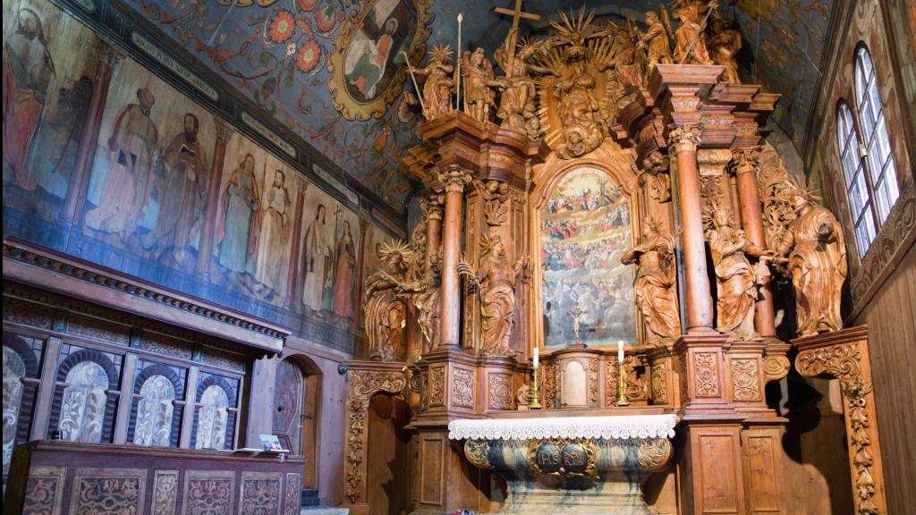 interier-dreveny-oltar-kostol-tvrdosin-malby-unesco