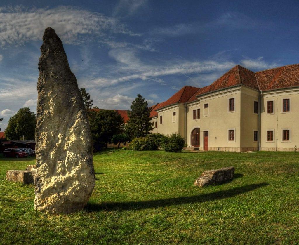 rondel-holic-holicske-megality-kastiel-obloha-kamene